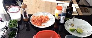 400g de salmão em cubos de 0.5 cm (parte mais difícil, a próxima vez eu peço pra cortarem no mercado); 1 colher (sopa) de suco de limão; 1 colher (chá) de gengibre ralado; 1 colher (sopa) de maionese (eu usei Hellman´s, normal ainda, que vergonha!); 1/2 colher (sopa) de salsinha picada; 1/2 colher (sopa) de cebolinha picada; 1/2 colher (sopa) de manjericão picado; sal e pimenta do reino a gosto, redução de balsâmico (para decorar).