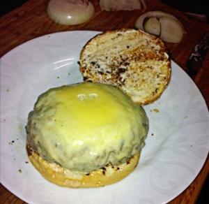 Hambúrguer caseiro com queijo gruyere derretido