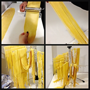 A massa tomando forma na maquina de macarrão