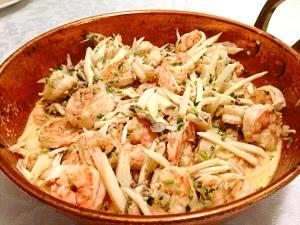 Refogue a cebola no azeite por 5 min, até que a cebola fique transparente e coloque o shimeji e os camarões. Deixe grelhando por mais 5 minutos e coloque o vinho, mexa por mais 5 minutos e finalize com o cottage. Coloque sal, pimenta e cebolinha, acrescente o pupunha ralado.