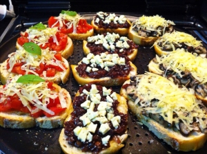 Três sabores: o clássico com tomate, cogumelos com parmesão e a que mais faz sucesso - cebola caramelizada com gorgonzola.